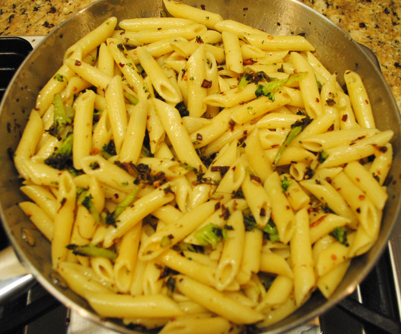Spicy Penne with Broccoli and Garlic - Ingredient - Saute Pasta - Pasta Mix Well | Recipe Treasure | recipetreasure.com